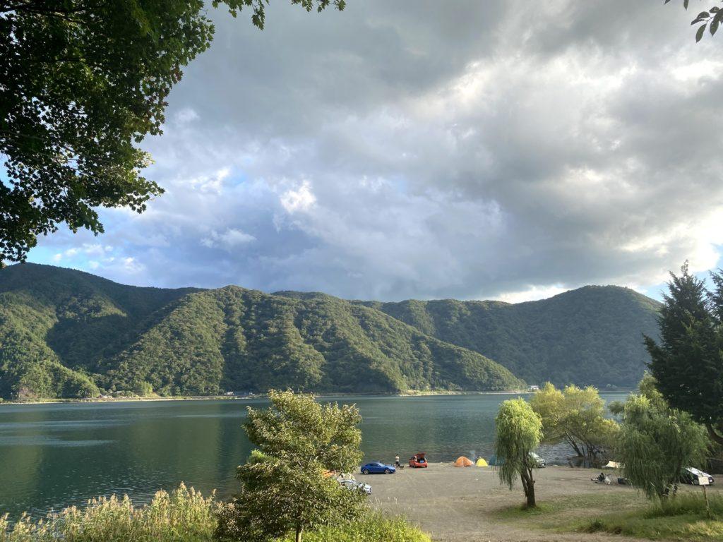 湖畔のキャンプ場